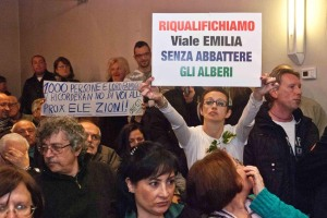 La protesta dei cittadini durante il consiglio comunale (Spf)